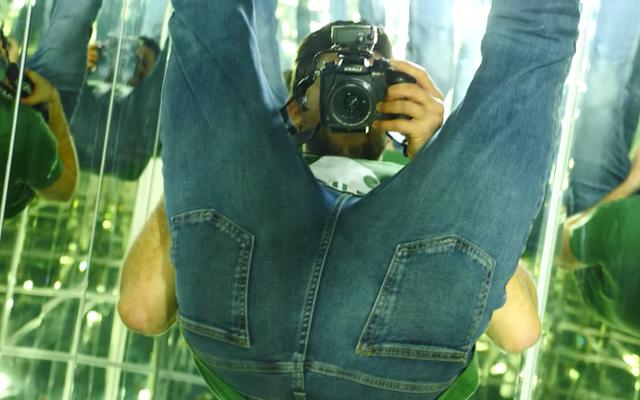 Silencie seus amigos chapados com este vídeo de uma sala inteiramente construída com espelhos