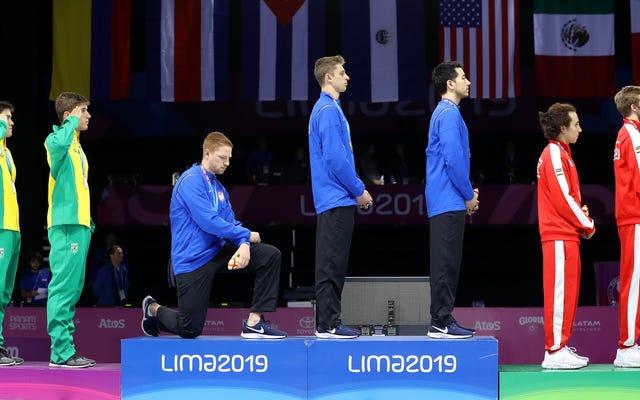 Amerykański szermierz, protest młota na podium medali podczas igrzysk panamerykańskich