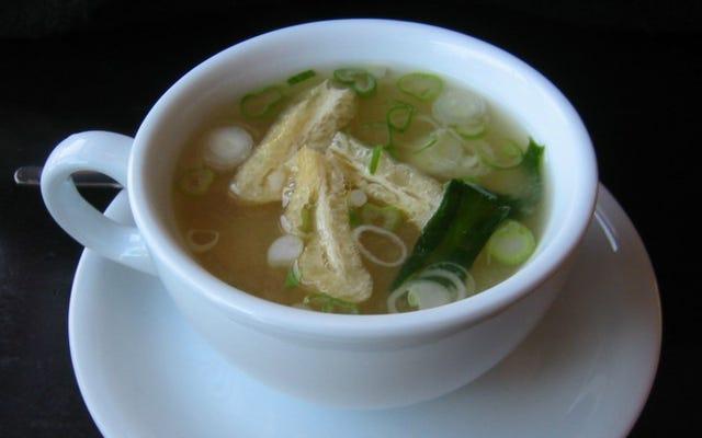 味噌などのペーストをふるいでスープにまんべんなく配る