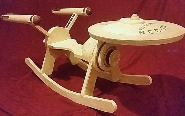 Este USS Enterprise Rocker de Star Trek de madeira é um bom motivo para começar uma família