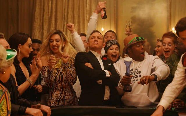 En SNL, el Bond jubilado de Daniel Craig finalmente se relaja con algunos dados