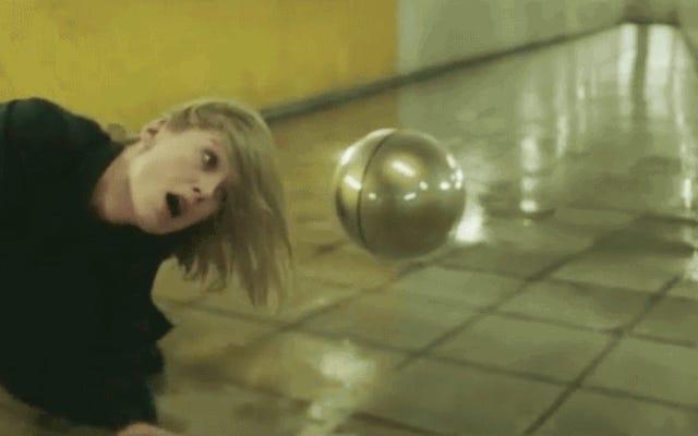 Un orbe flottant menace Rosamund Pike dans cette nouvelle vidéo inquiétante d'attaque massive