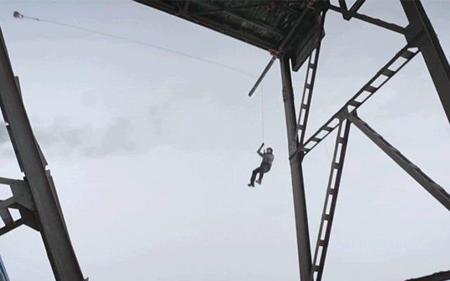 緩いロープスタントで狂った落下男は物理学がどのように機能するかを示しています