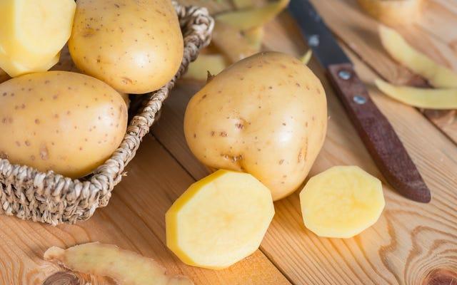生のジャガイモは塩辛い食べ物を直すことができますか?