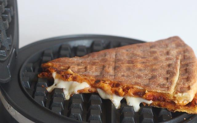 आपको पिज्जा के दो टुकड़ों को एक साथ मिलाना चाहिए