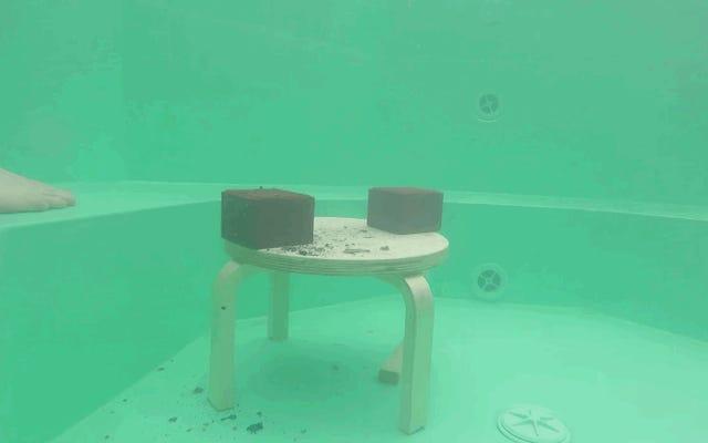 入浴しているポータブルプールに20キロの真っ赤な金属のブロックを投げるとどうなりますか