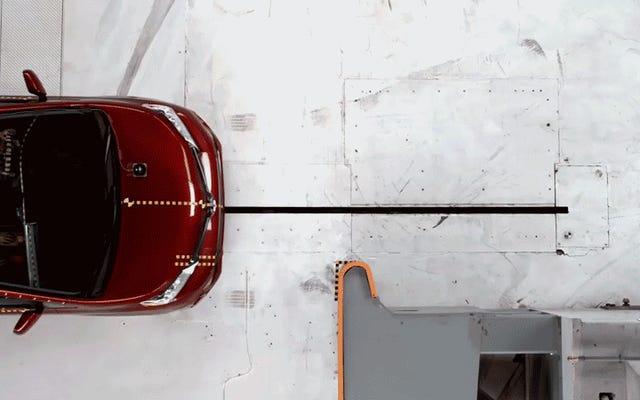 トヨタシエナはIIHSの最も厳しい衝突試験の最も厳しい部分を爆撃しました