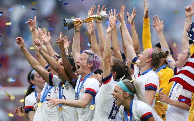 ミーガン・ラピノーは、ファンは女子サッカーの試合に行くことで同一賃金を支持できると言います