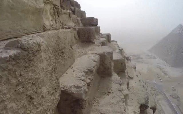 Es una subida rápida (e ilegal) para llegar a la cima de la gran pirámide de Giza