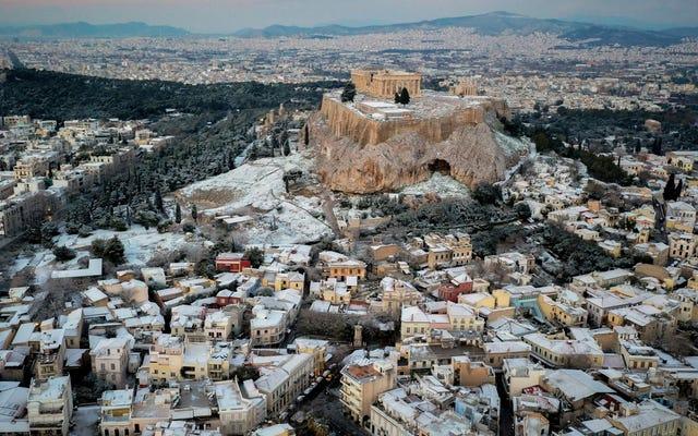 珍しい雪が今週ギリシャの遺跡を冬のワンダーランドに変えました