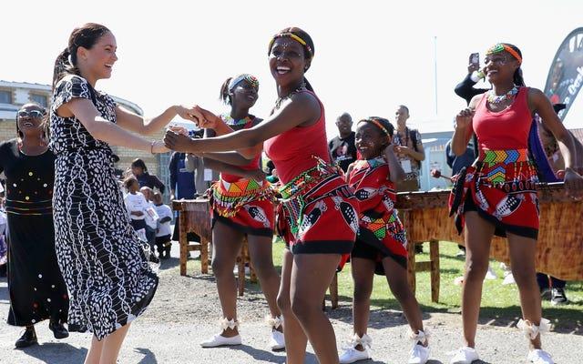 """Durante il suo primo viaggio in Sud Africa, Meghan Markle parla alla gente del posto """"come una donna di colore e come tua sorella"""""""