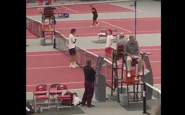 対戦相手が手に唾を吐いたように見えた後、大学のテニスプレーヤーが握手をアヒル