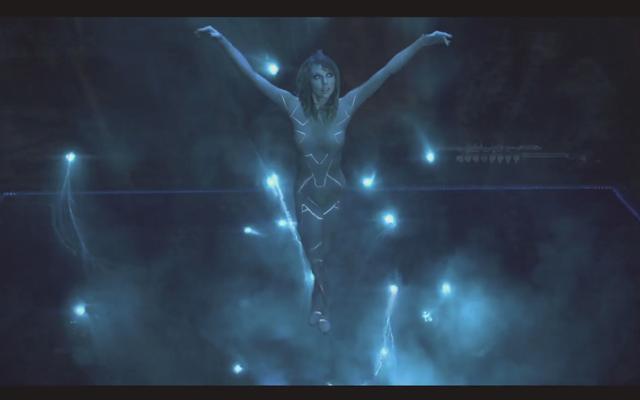 テイラースウィフトは、ビデオの彼女の最新のファンフィクションの投稿で裸のロボットアニメの王女です
