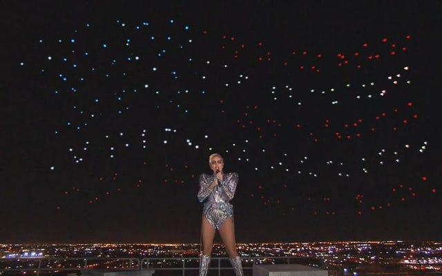 레이디 가가, 슈퍼 볼 하프 타임 쇼 공연에서 미국에 경의를 표하다