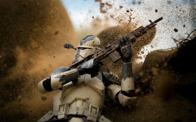 銀河の戦闘機は、写真家がアクションフィギュアで戦争を再現する方法を示しています
