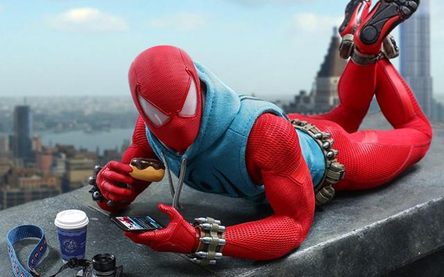 このスカーレットスパイダーフィギュアはこのドーナツを食べることをどのように意味しますか?