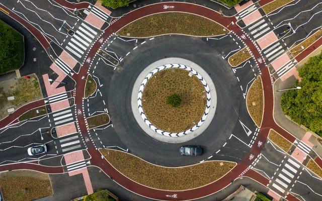 英国のボリス・ジョンソン首相は、マン島の下に地下ラウンドアバウトを設置したいと考えています