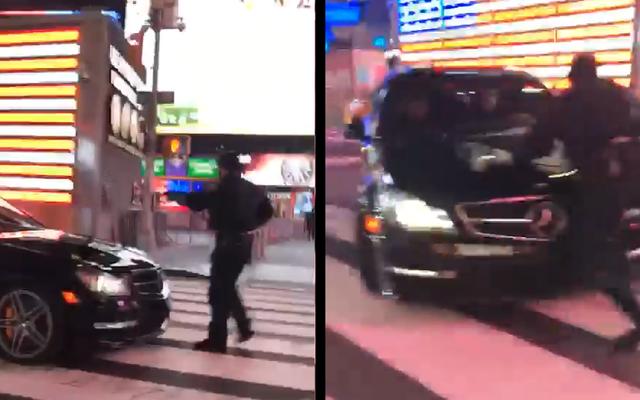ビデオショーNYPD警官がタイムズスクエアを漂流するメルセデスベンツC63AMGに見舞われる