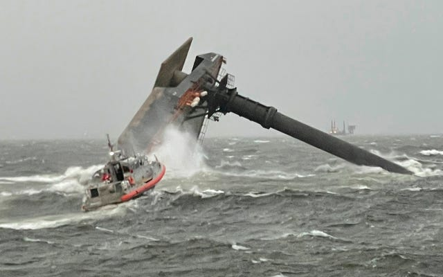 フリーク「ウェイクロー」ストームが船を転覆させ、ハリケーンをかき立てる-強風