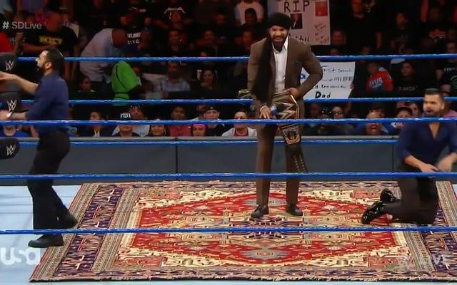 """Irkçı WWE Promosyonu Sırasında Hayranlar """"Bu Çok Farz"""" diye bağırıyor"""