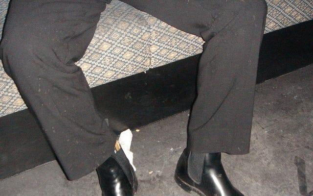 วิธีที่ดีที่สุดในการขจัดคราบอาเจียนออกจากชุดสูทหรือชุดเดรส