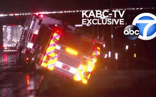 Un camion de pompiers plonge dans un cratère alors que les tempêtes anéantissent les routes du sud de la Californie