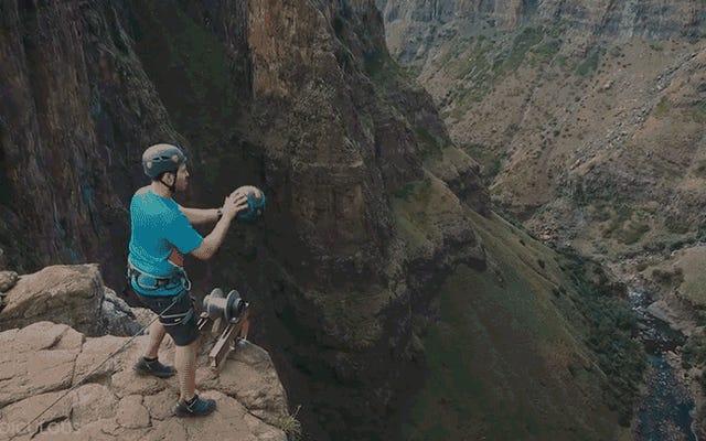 この男が滝の上から記録破りの660フィートのバスケットボールショットを沈めるのを見てください