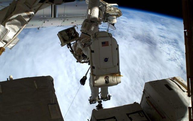 Raumanzug # 3005 versucht erneut, einen Astronauten zu ertrinken