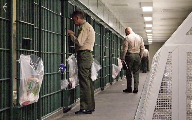 В этих тюрьмах запрещены книги, которые учат заключенных кодировать