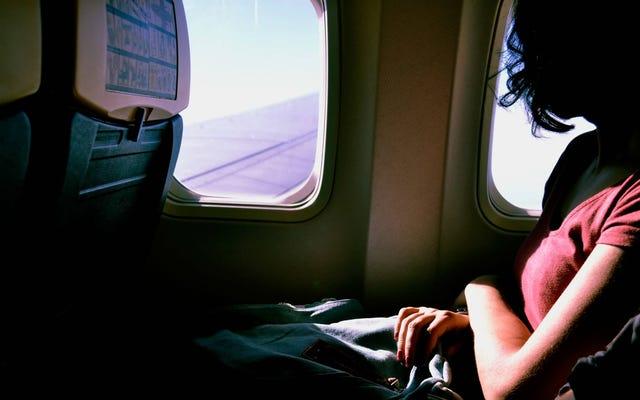あなたの飛行中の誰かがパニック発作を起こしている場合に助ける方法