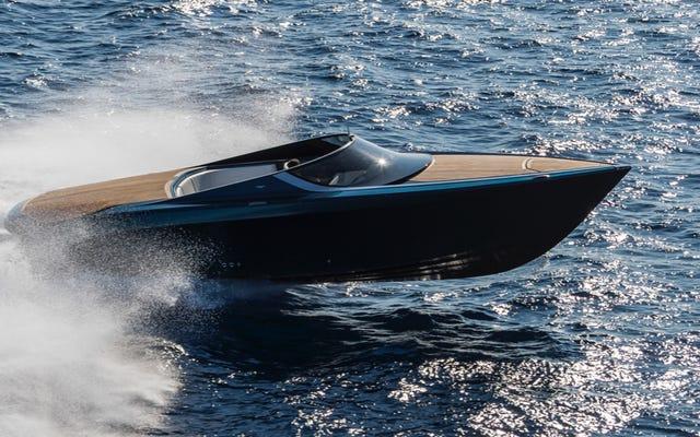 Questo sono io nella mia nuova barca Aston Martin