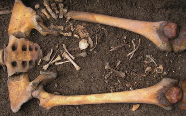 死んだ中世の女性「出産」を棺桶の赤ちゃんに