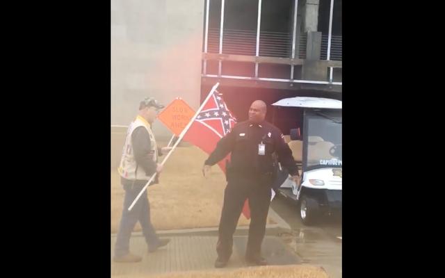 Un policier noir du Mississippi renvoyé (puis réembauché) après avoir affronté des vagues de drapeau confédéré à l'extérieur du musée des droits civils