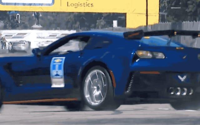 GMエグゼクティブがベルアイルインディカーレースでコルベットペースカーを壁に衝突させる