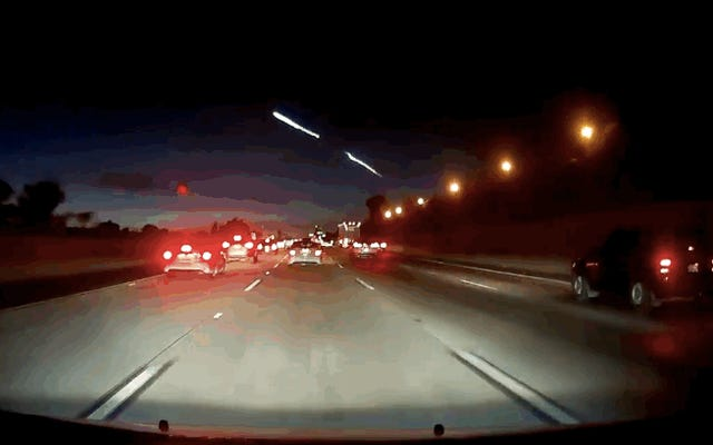 SpaceX의 캘리포니아 하늘로의 발사는 너무나 최 면적이어서이 멋진 다중 교통 사고를 일으켰습니다.