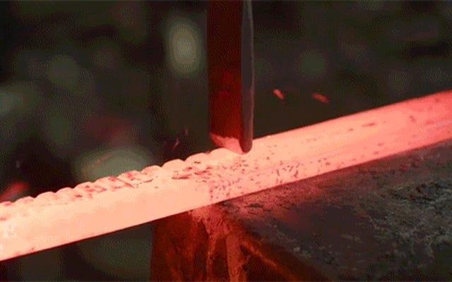 この美しく複雑な剣を鍛造することはとても印象的です