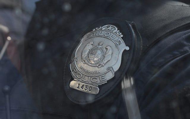 セントルイスの22人の警官が人種差別的なFacebookの投稿にさらされました。2解雇された