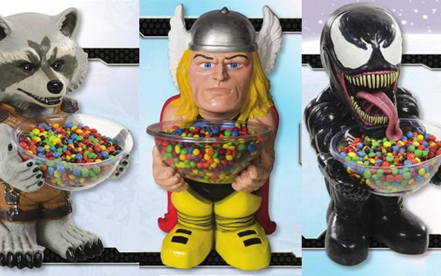 マーベルヒーローの陽気に不気味な彫像はあなたがキャンディーを皿に盛るのを助けます