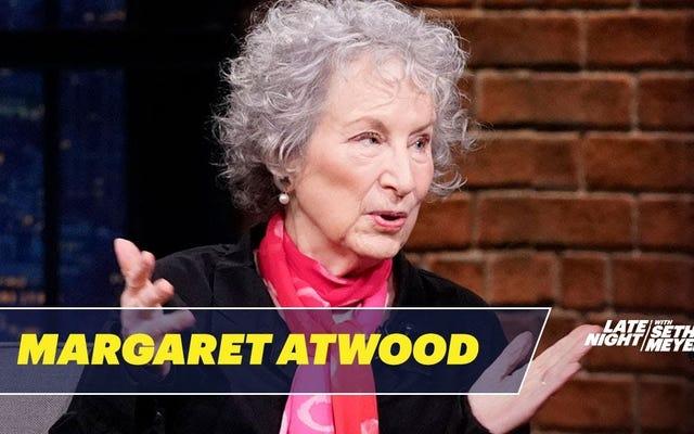 Margaret Atwood réfléchit au costume de conte de la servante sexy