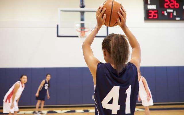 एनजे हाई स्कूल में लड़कियों के बास्केटबॉल टीम द्वारा पाए गए काले डमी की जांच करते हुए