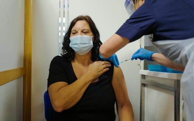 火曜日のCovid-19ワクチンに対する2つのアレルギー反応が英国で新たな警告を促した