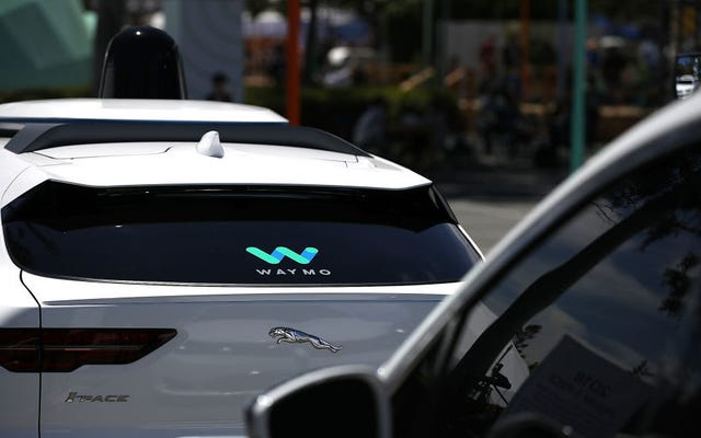 自動運転車がカリフォルニアで乗客を乗せることができるようになりましたが、無料で乗車する場合のみです