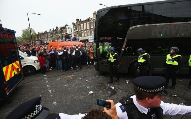 Một loạt người hâm mộ West Ham tấn công xe buýt của Manchester United, khiến trận đấu bị trì hoãn
