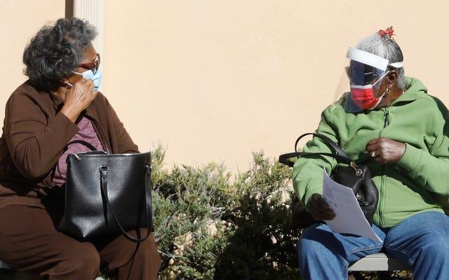 Los funcionarios rastrean el lento lanzamiento de la vacuna hasta las dulces ancianas que se detienen en la fila con su charla