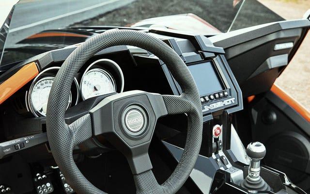 Polaris Slingshotのディーラーは、今月無料でスティックを運転することを教えてくれます