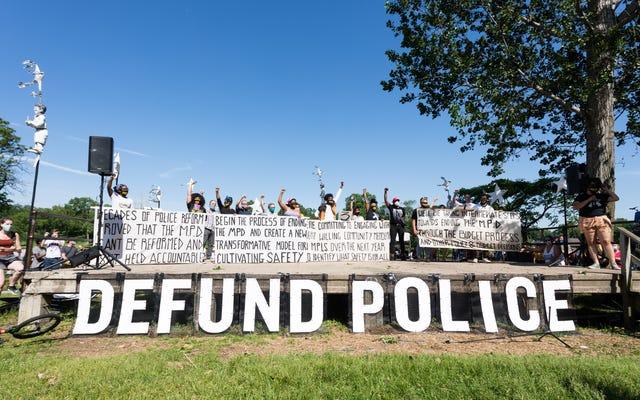 สภาเทศบาลเมืองมินนิอาโปลิสโหวตให้เปลี่ยนงบประมาณเกือบ 8 ล้านดอลลาร์จากงบประมาณของตำรวจเป็นส่วนหนึ่งของแผน 'ความปลอดภัยสำหรับทุกคน'