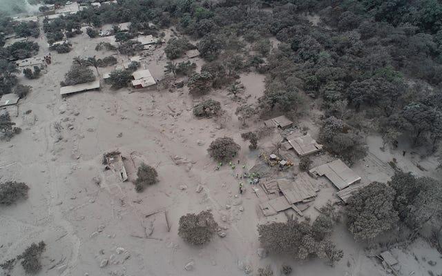 これは、フエゴ火山の噴火後の空から見たグアテマラの様子です。村全体が灰に埋もれています。