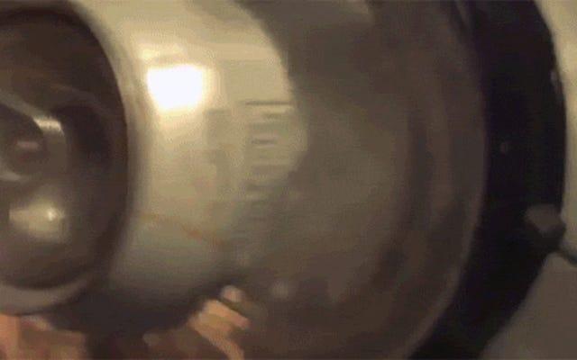 Regardez des électro-aimants déchiqueter de manière explosive une canette de soda en deux