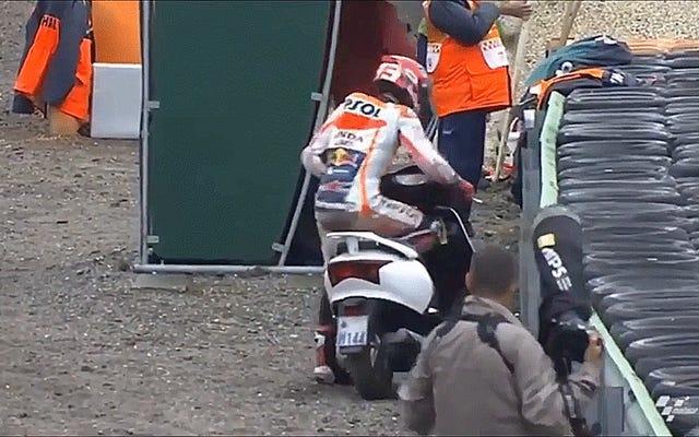 マルク・マルケスがMotoGPワイプアウト後にガイのスクーターで離陸