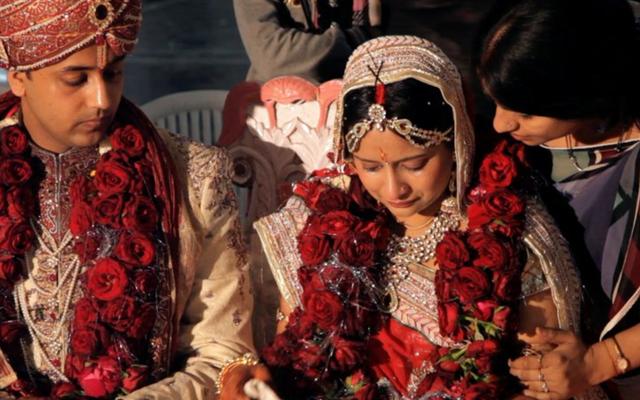 Una mujer joven en India lucha por perder su identidad por matrimonio en este clip de una chica adecuada